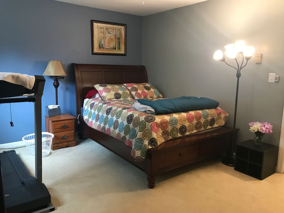 Private guest room with queen size bed
