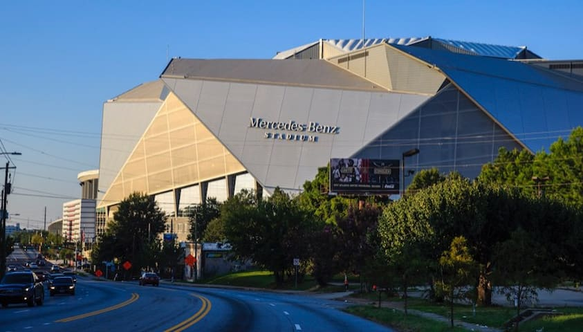 Location is in the heart of the city. 4 minutes from the Mercedes Benz Stadium.
