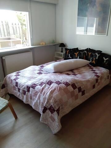 2 værelser med tekøkken og eget bad og indgang
