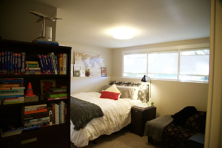 Quiet & Cozy Room Close to Downtown Shared Bath - Calgary - Hus