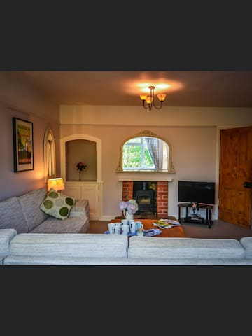 Spacious 4 bed home in Ashbourne sleeps 11 people