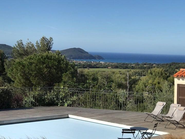 Vue panoramique mer et collines, piscine chauffée