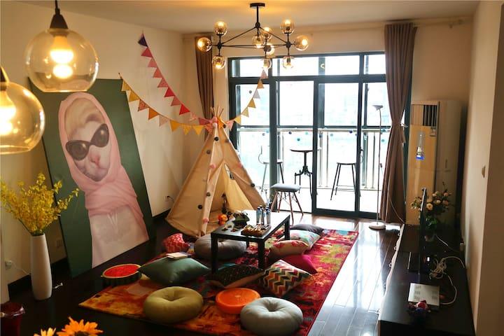 北外滩极致江景 巨幕投影 创意色彩 时髦上海 梦幻帐篷浪漫吧台无敌景观飘窗LED 新窝等你暖床 - Shanghai - Apartment