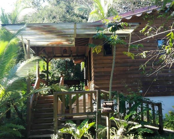 Wooden house next to the wood - Quepos - 獨棟