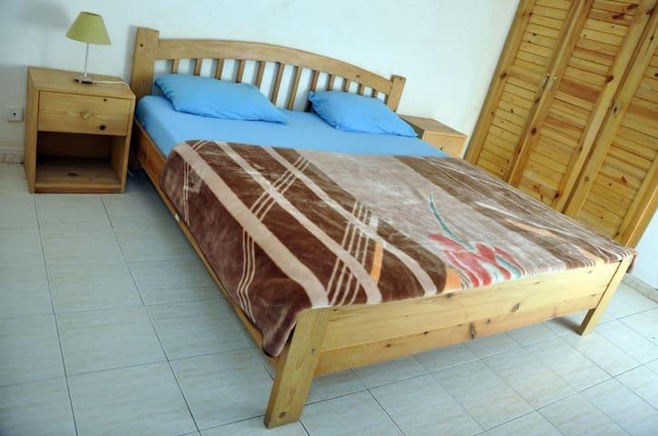 chambre principale climatisée  1 lit double et placasrds bois sapin