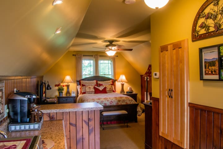 Green River Lodging/5 miles from TIEC/Hot Tub Spa