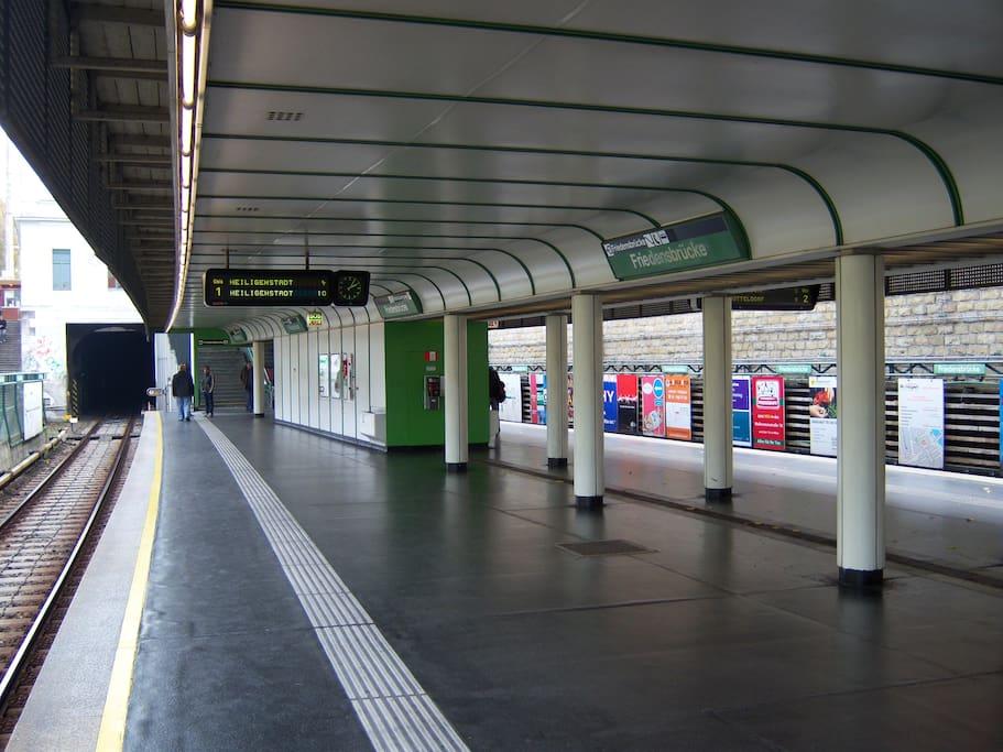 Bahn Station U4-Friedensbrücke, dein Ausgangspunkt um Wiener Sehenswürdigkeiten zu erkunden.