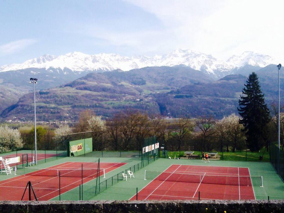 À proximité, tennis, ping-pong, pétanque, parcours santé, jeux enfants
