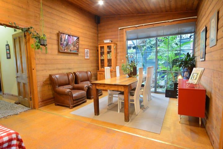 Eco House & Studio near CBD & train w/yard & wifi