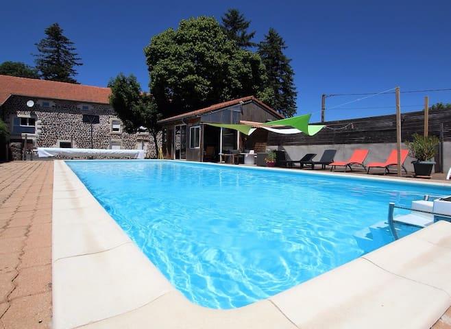 Logement la Régordane avec piscine chauffée.