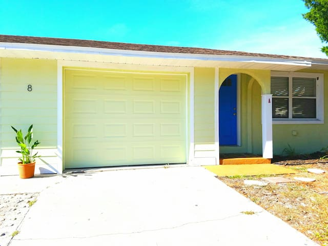 St. Augustine Beach- Friendly neighborhood duplex!