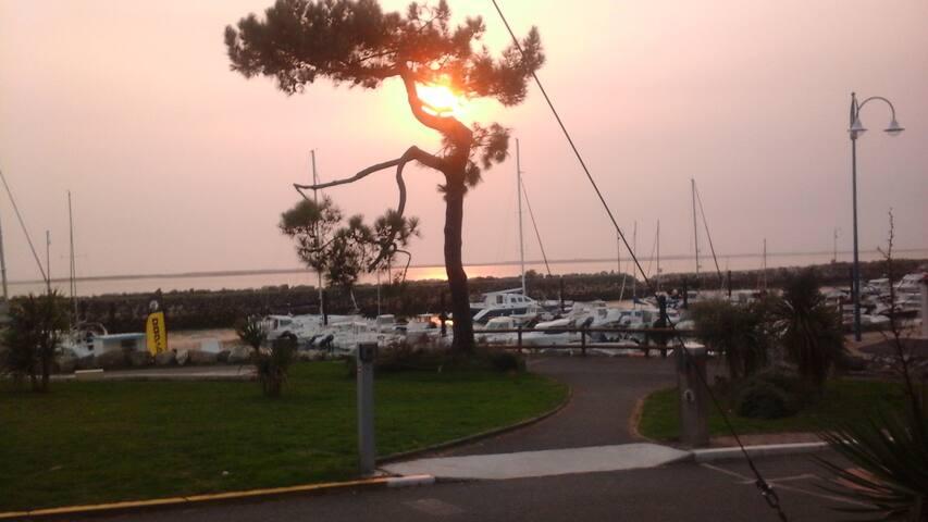 Coucher de soleil au port