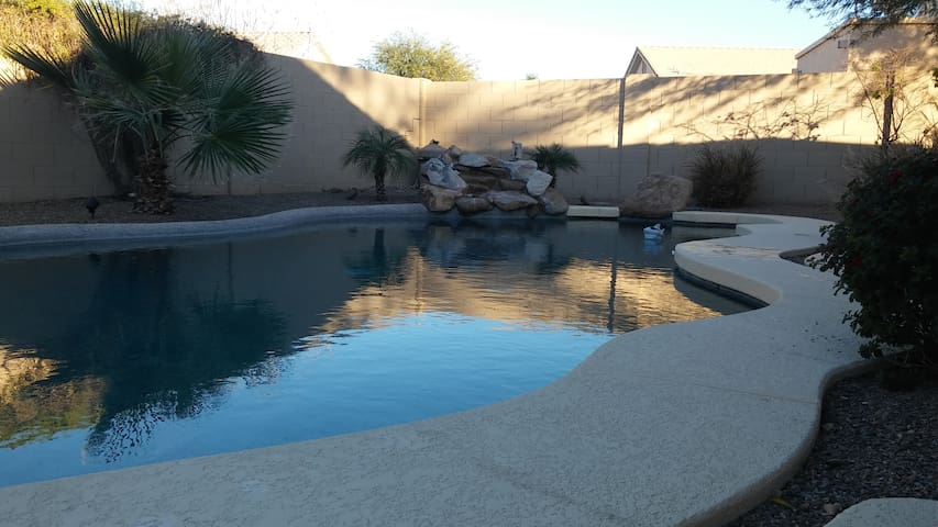 *Private room, backyard pool, quiet neighborhood - Chandler - House
