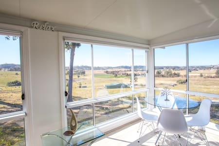 Dusk- A stunning Hunter Valley cottage with a view