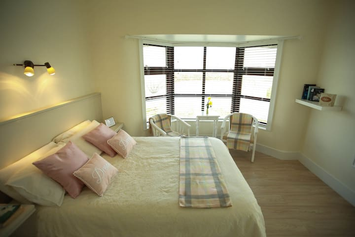 DOUBLE BED IN ROOM - Roscrea - Bed & Breakfast