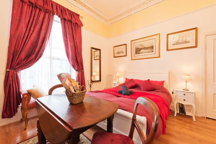 Victorian Suite with Chandelier - 10 Mins to City