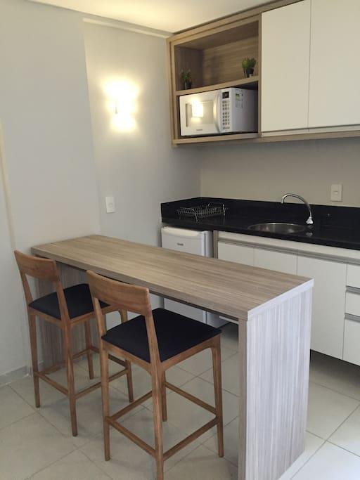 Cozinha com Frigobar, Microondas, Bancada e 2 Banquetas