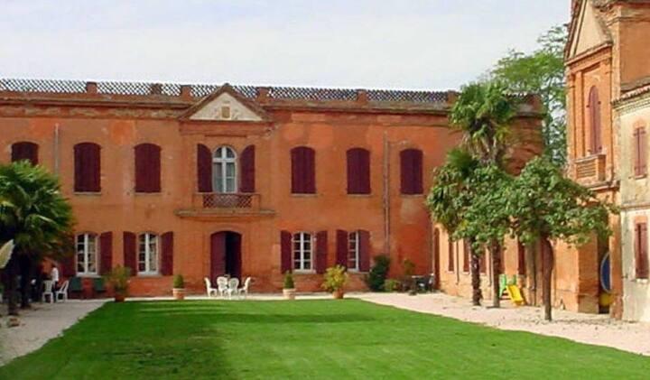 T1 insolite au Château de Razengues rdc vue Cour