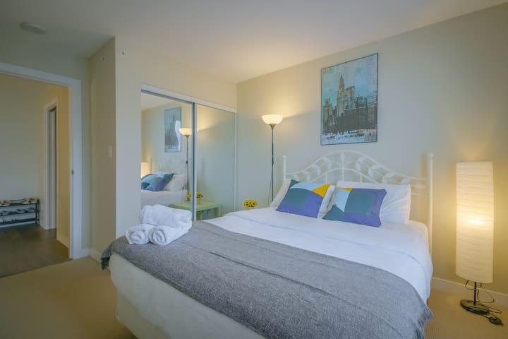 High-Grade 1 BDR 1DEN apartment  Near airport&dt
