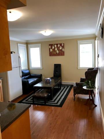 Modern one bedroom furnished suite - Victoria - Rumah