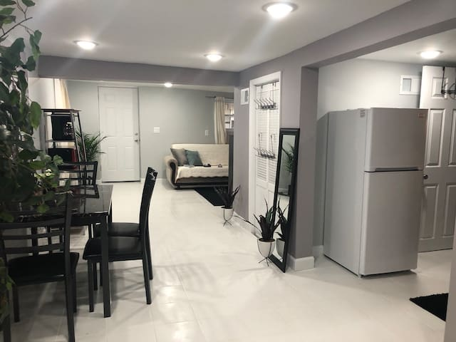 (4) Brand new, quiet studio close to Manhattan