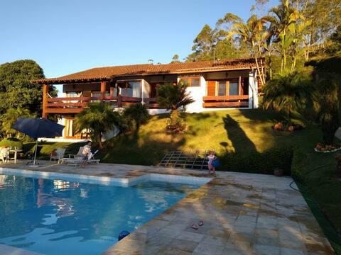 Casa de Campo com Jardim, Piscina e Churrasqueira