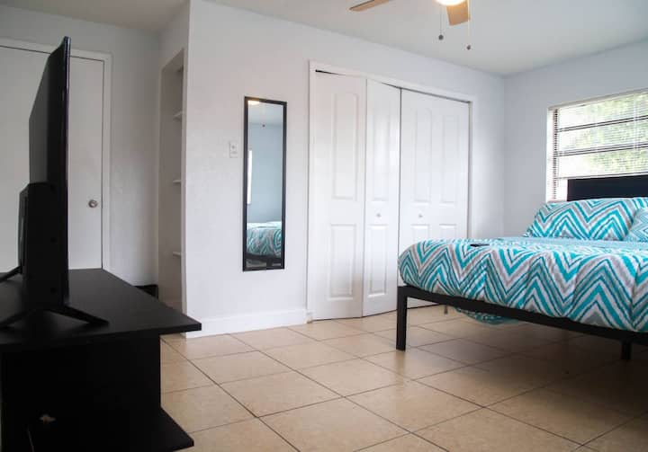 ♦Ample King Size Room with Roku TV and Wi-Fi♦