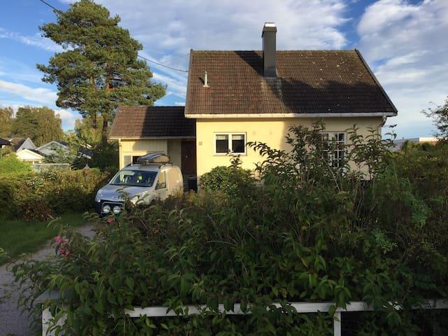 Koselig enebolig med svær hage - Horten - Rumah
