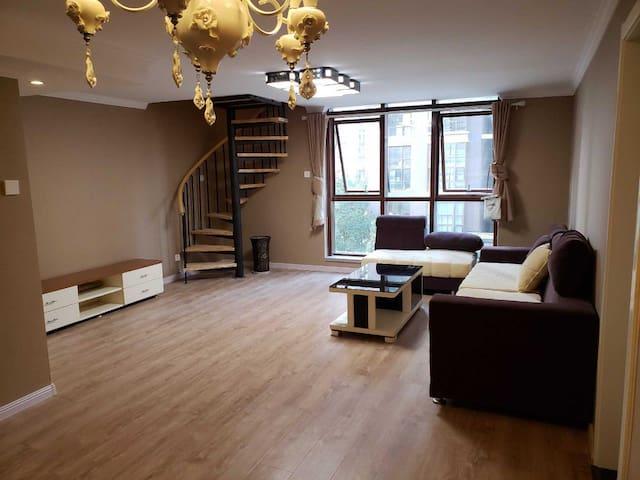 一楼宽敞的客厅,沙发正对面是一个投影,2.3*1.4超大屏幕(有幕布)晚上您可以和朋友在家里享受视觉盛宴