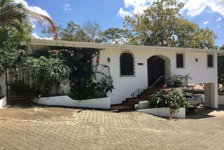 Colonial Casa With Swimming Pool (sleeps up to 9) - Managua - Haus