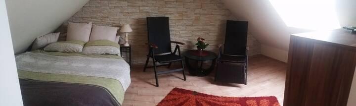 Gemütliches Dachgeschosszimmer mit eigenem Bad