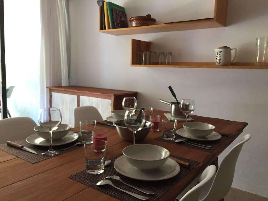 Una mesa bonita embellece una comida.