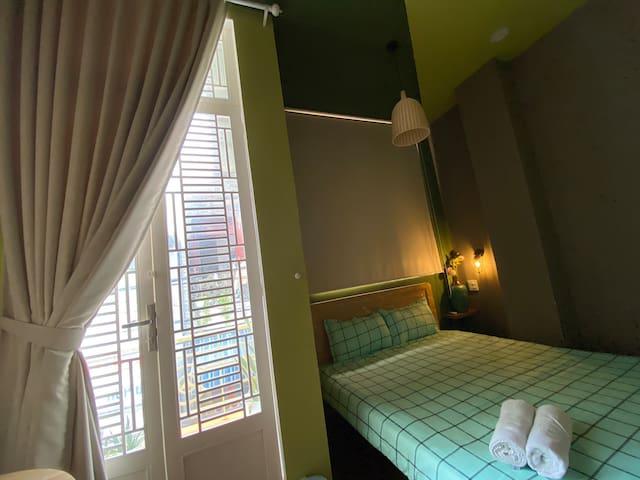 Phòng nằm trong tầng 1, có view ban công