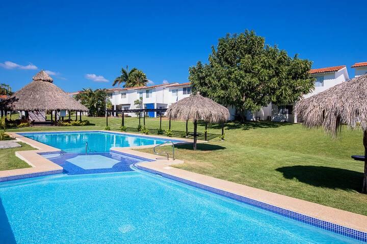 Pretty unit ,residential zone,common pool, beach