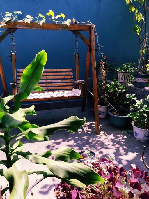 花园,可感受灿烂阳光鸟语花香,闹中取静,惬意生活。