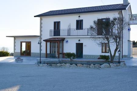 B&B Pietra Spaccata - Gesualdo - 家庭式旅館
