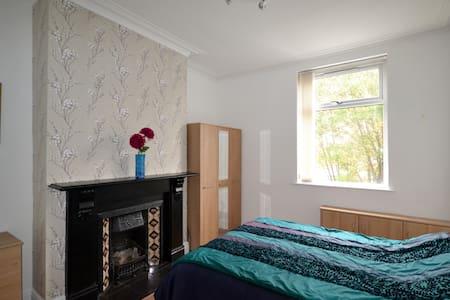 Lovely, bright, modern house for families & groups - Middleton - Talo