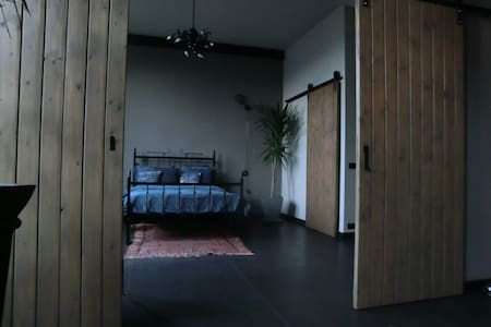 Bed- and bathroom in former bath-tub factory loft - Ulft - Loteng Studio