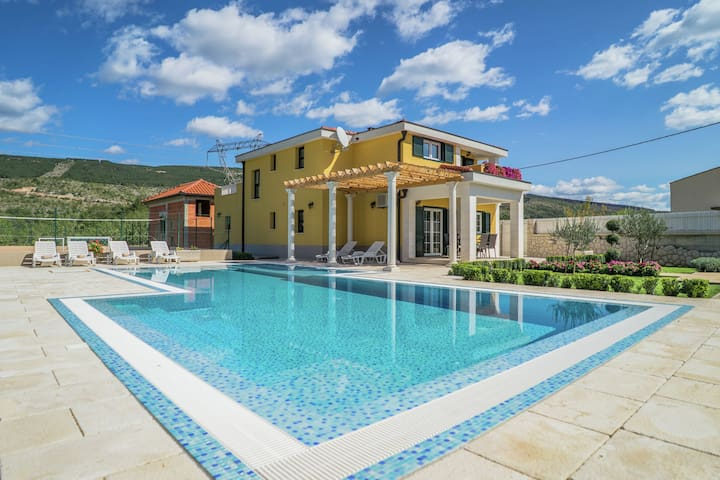Superb villa with mountains view, 65m pool, sport playground, big, fenced garden