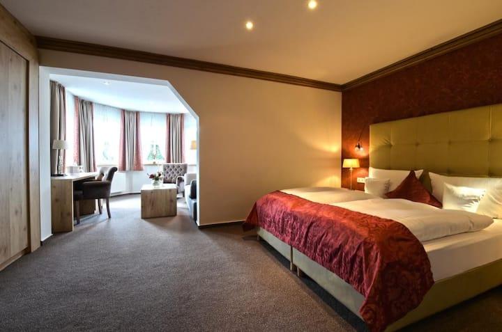 Hotel Hennemann, (Eslohe (Sauerland)), Komfort-Doppelzimmer mit Wohnbereich im Erker ca. 45qm