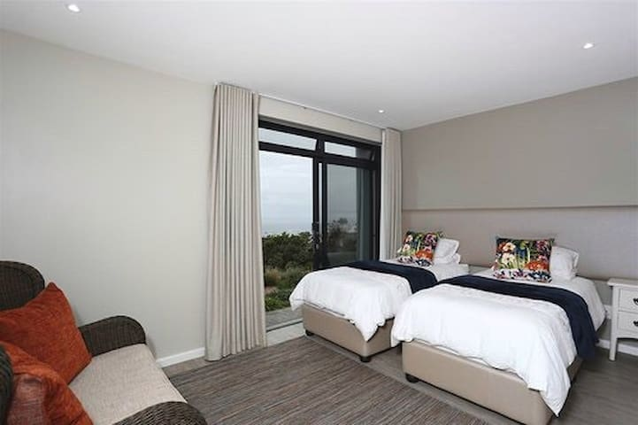 2nd bedroom with 2 single beds, option to convert into king size bed. Sea view.