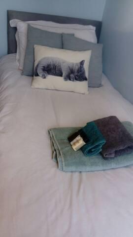 Single bed nr town, airport, uni, +breakfast+pool