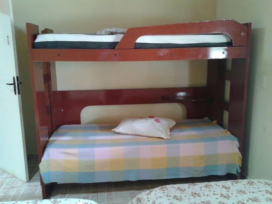 Quarto com 01 Beliche  e 02 camas de solteiro - Roupas de cama ilustrativas ( Levar roupas de cama)