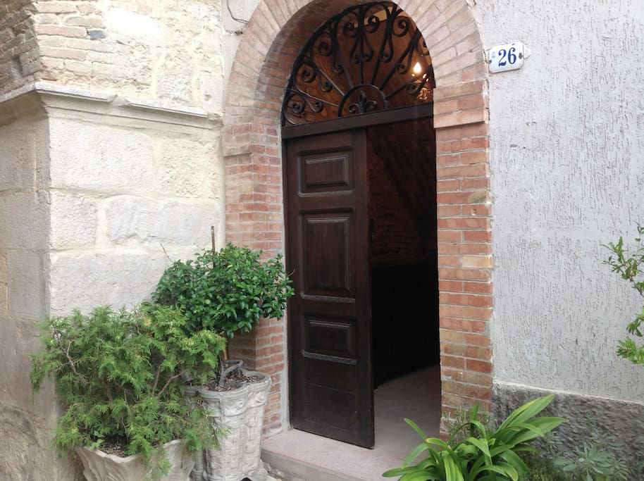 This is the door way.  To the left of the entrance you can see the great square stones that form part of an archway which joins Via Seminario with Vico del Duomo.