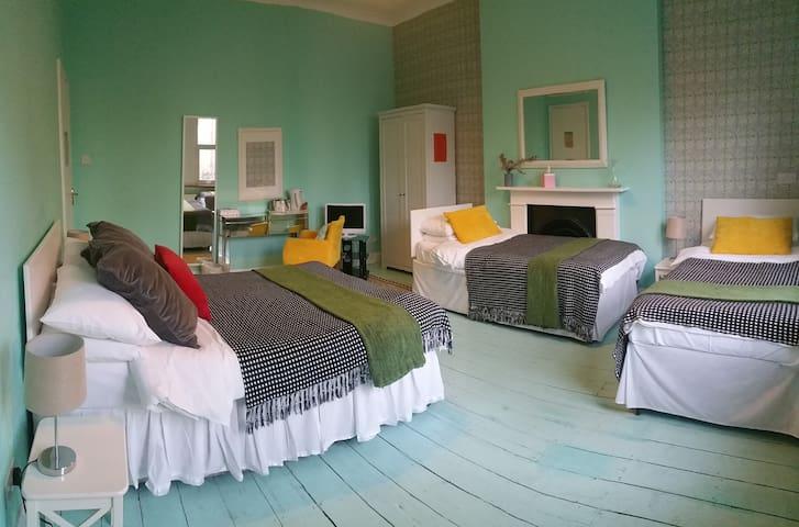 ROOM 4. DELUXE ENSUITE B&B CASPIAN HOTEL
