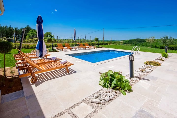 Spacious property Selar with pool
