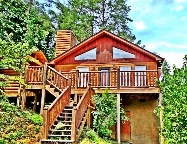 CUTE!  Secluded Log Cabin GSMNP! Hot Tub!