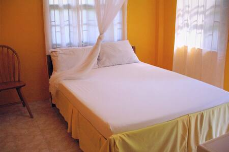 Sunny Yellow: 2 bedroom apartment - 8 mins to town - Mount Helicon - Flat