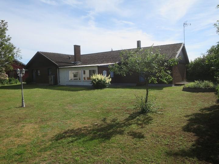Nyrenoverad stor villa i lantligt läge på Öland.