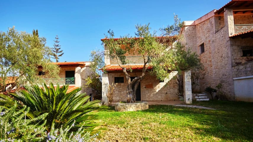 Stone villa with big garden and pool, for 8 guests - Paliouri - House